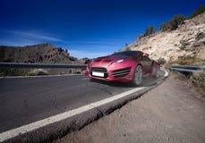 Carro de esportes que move sobre a estrada imagens de stock royalty free