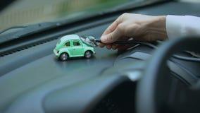 Carro de exame do brinquedo do técnico com estetoscópio, seguro do veículo, manutenção filme