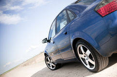 Carro de família azul Fotos de Stock Royalty Free