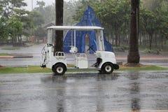 Carro de golf con llover Foto de archivo libre de regalías