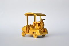 Carro de golf y recompensa del oro de la bolsa de golf imágenes de archivo libres de regalías