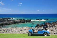 Carro de golfe na praia imagens de stock