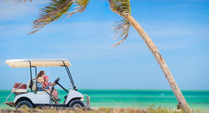 Carro de golfe na praia tropical Foto de Stock