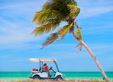 Carro de golfe na praia tropical Fotos de Stock Royalty Free