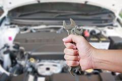 Carro de Holding Spanner Fixing do mecânico imagem de stock