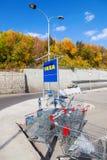 Carro de la compra azul vacío grande cerca de la tienda del Samara de IKEA Fotos de archivo libres de regalías