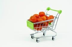 Carro de la compra con Cherry Tomatoes fresco, aislado en la parte posterior del blanco Imágenes de archivo libres de regalías