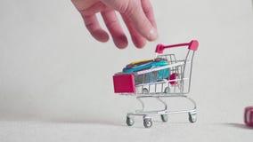 Carro de la compra con el coche, coche de la compra metrajes
