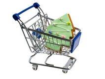 Carro de la compra con el pan de jengibre formado árbol de navidad Foto de archivo
