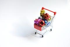 Carro de la compra con la decoración de Chrismas Fotografía de archivo libre de regalías