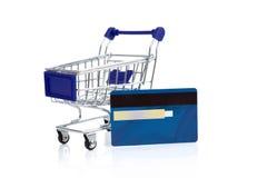 Carro de la compra con la tarjeta de crédito Fotos de archivo libres de regalías