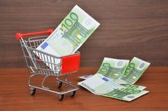 Carro de la compra con las notas euro del dinero Imagenes de archivo