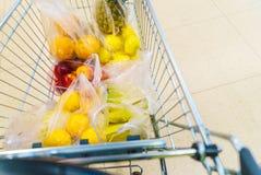 Carro de la compra con los artículos del ultramarinos en el supermercado fotografía de archivo