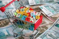 Carro de la compra con los signos de interrogación en las rublos rusas Fotografía de archivo