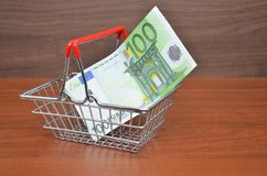 Carro de la compra con la nota del dinero del euro 100 Fotografía de archivo libre de regalías