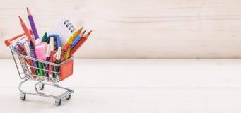 Carro de la compra de la escuela en el fondo blanco Fotografía de archivo libre de regalías
