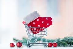 Carro de la compra del regalo de la Navidad Fotos de archivo