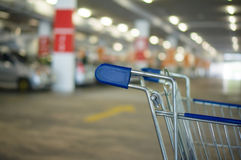 Carro de la compra en el estacionamiento subterráneo en supermercado Foto de archivo libre de regalías