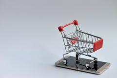 Carro de la compra en el móvil Foto de archivo