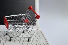 Carro de la compra en el teclado de ordenador Fotografía de archivo