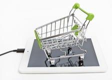 Carro de la compra en la tableta Imagen de archivo libre de regalías