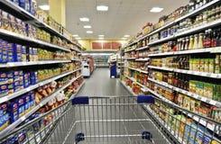 Carro de la compra en un supermercado Imagen de archivo libre de regalías