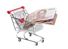 Carro de la compra llenado de moneda tailandesa Imagen de archivo
