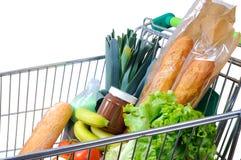 Carro de la compra por completo de la vista lateral blanca de la comida foto de archivo libre de regalías