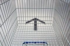 Carro de la compra que sigue la manera Fotos de archivo
