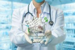 Carro de la compra de tabletas en las manos del farmacéutico foto de archivo