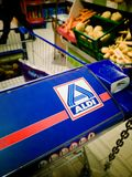 Carro de la compra de la tienda de Aldi imagen de archivo