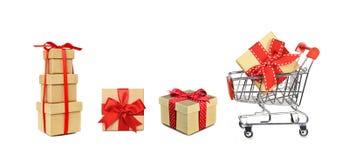 Carro de la compra y regalos de la Navidad aislados en blanco imagenes de archivo
