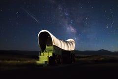 Carro de la cubierta del rastro de Oregon debajo del milkyway fotos de archivo