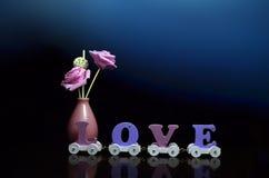 Carro de la decoración del rosa y del amor del florero Fotografía de archivo