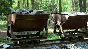 Carro de la explotación minera con las piedras almacen de video