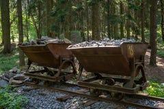 Carro de la explotación minera con las piedras Carro minero viejo y abandonado fotos de archivo libres de regalías