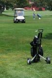 Carro de la mano con los clubs de golf Fotos de archivo libres de regalías