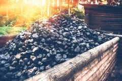 Carro de la mina de carbón Pila de carbón de leña en carretilla de madera fotografía de archivo libre de regalías