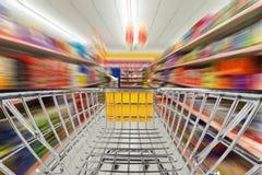Carro de la tienda en supermercado fotos de archivo