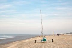 Carro de la vela en una playa de Mar del Norte fotografía de archivo libre de regalías