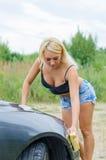 Carro de lavagem da mulher com esponja Fotografia de Stock