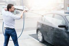 Carro de lavagem do homem na estação da lavagem de carros Fotos de Stock Royalty Free