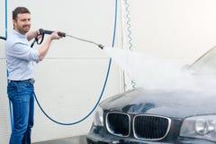 Carro de lavagem do homem na estação da lavagem de carros Imagens de Stock Royalty Free