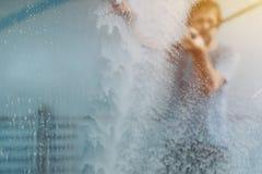 Carro de lavagem do homem na estação da lavagem de carros do autosserviço Foto de Stock