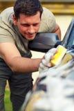 Carro de lavagem masculino da lavagem de carro de domingo com uma esponja e uma espuma Imagens de Stock