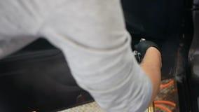 Carro de limpeza do trabalhador masculino com vapor salão de beleza profissional da tinturaria no carro Conceito: Auto serviço do vídeos de arquivo