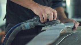Carro de lixamento do mecânico de carro video estoque