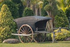 Carro de madeira antigo em um parque foto de stock