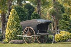 Carro de madeira antigo em um parque imagem de stock