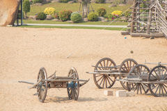 Carro de madeira antigo em um parque imagens de stock